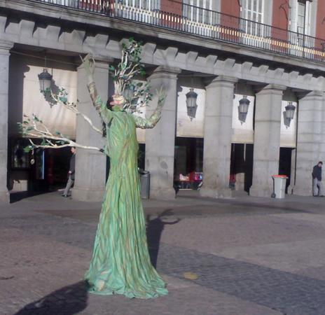 Estatua humana Mujer Árbol